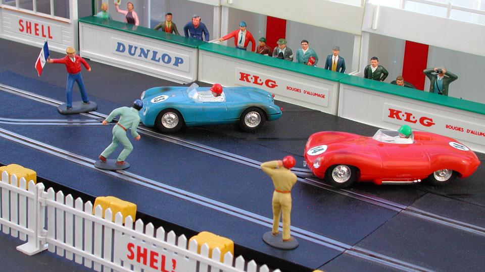 Porsche 550 et Jaguar D au départ des 24 heures du Mans reconstitué avec les accessoires Scalextric.