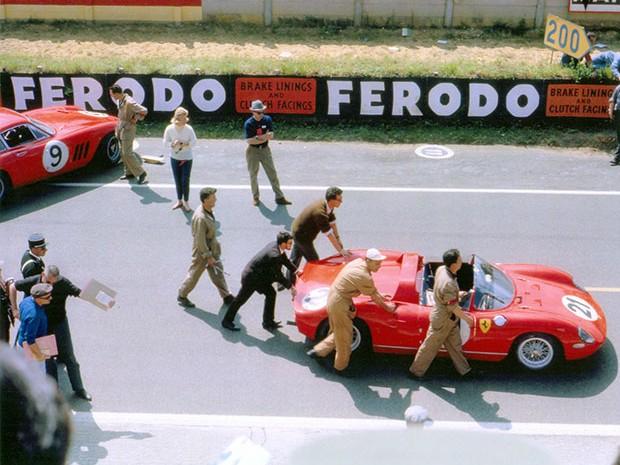 24 heures du Mans 1963 - La Ferrari 250P des futurs vainqueurs est poussée vers la ligne de départ