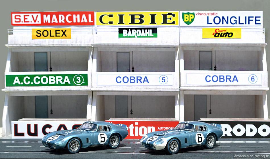 Les deux Cobra Daytona des 24 heures du Mans 1964 devant leurs stands
