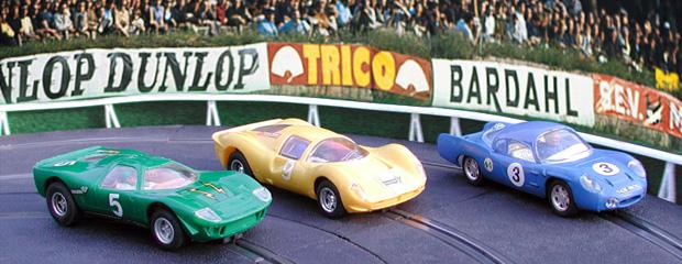 1967 - Ca chauffe aux Esses du Tertre Rouge ! Une légère Alpine A210 (C1) s'écarte pour laisser passer deux puissants prototypes ; une Ferrari P4 (C16) et une Ford Mirage (C15).