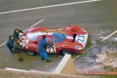 24 heures du Mans 1967 - Ferrari 412P #25 - Pilotes : Richard Attwood / Piers Courage - Abandon